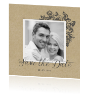 Chique Save the Date met rozen op trendy kraft